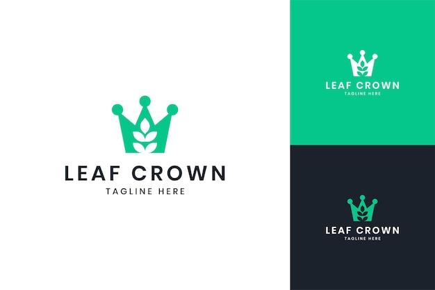 Design do logotipo do espaço negativo da coroa da folha