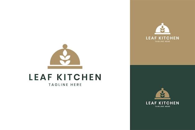 Design do logotipo do espaço negativo da cozinha da folha