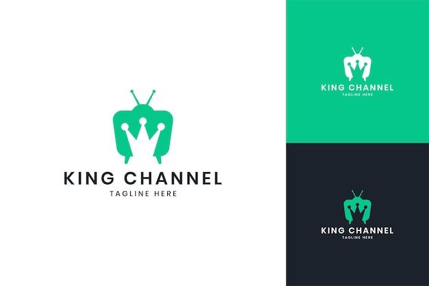 Design do logotipo do espaço negativo da televisão crown