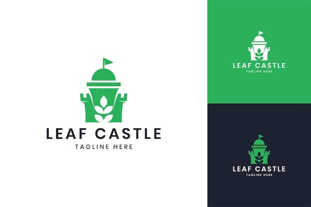 Design do logotipo do espaço negativo do castelo da folha
