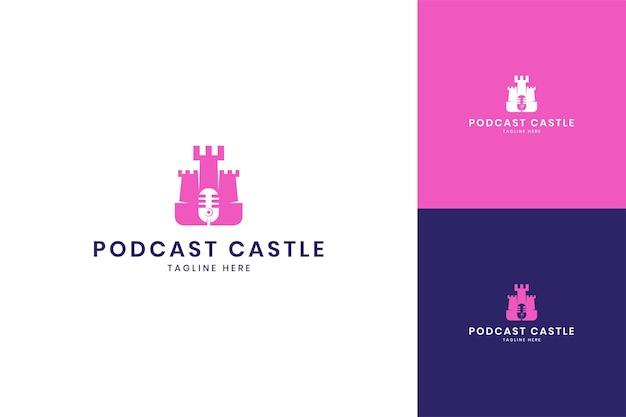 Design do logotipo do espaço negativo do castelo podcast