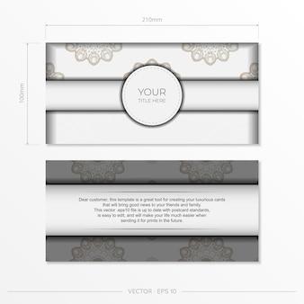 Design elegante de cartão postal na cor branca com ornamentos vintage azul escuro. cartão de convite de vetor com padrões gregos.