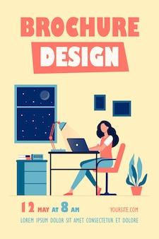 Designer feminina trabalhando até tarde no modelo de folheto do quarto
