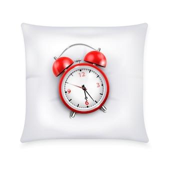 Despertador vermelho com dois sinos no estilo retrô, na ilustração de conceito de design realista de travesseiro branco