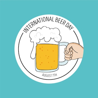 Dia internacional da cerveja com a mão segurando uma caneca