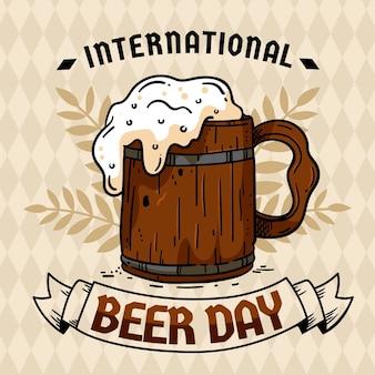 Dia internacional da cerveja com caneca de madeira