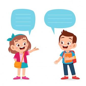Diálogo bonito feliz do menino e da menina da criança