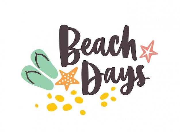 Dias da praia letras manuscritas com fonte cursiva elegante e decoradas com areia, estrela do mar e chinelos. composição de férias de verão.