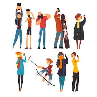 Diferentes pessoas felizes tirando fotos de desenhos animados de selfie