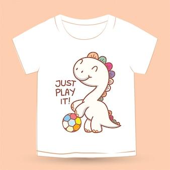 Dino pequeno bonito com desenhos animados de bola de futebol para camiseta