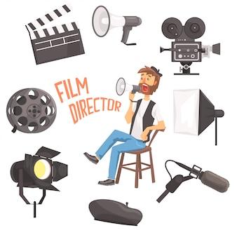 Diretor de cinema sentado com megafone controlando o processo de filmagem rodeado por um conjunto de objetos