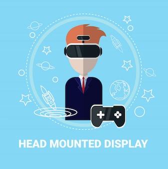 Dirija o homem montado da exposição que veste o conceito moderno da tecnologia do jogo dos auriculares da realidade virtual