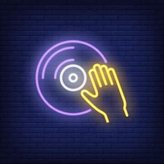 Disco de vinil com sinal de néon de mão