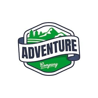 Distintivo de montanha aventura com modelo de logotipo de bandeira