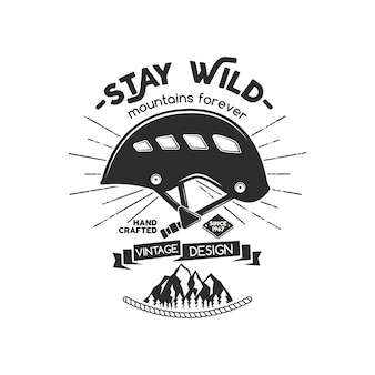 Distintivo de montanhismo vintage. logotipo de escalada, emblema vintage. equipamento de escalada - capacete e texto mantenha-se selvagem - montanhas para sempre