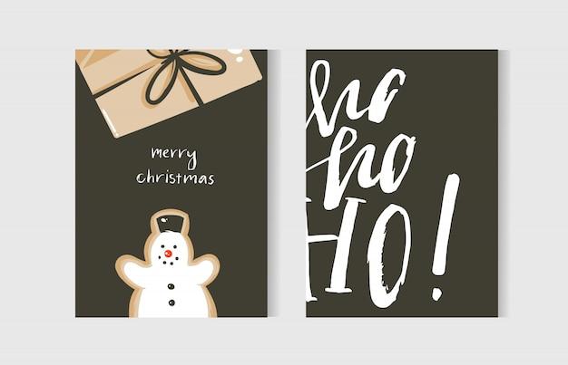 Divertidos desenhados à mão cartões de coon do feliz natal com ilustrações fofas, caixa de presente surpresa, boneco de neve e texto manuscrito de caligrafia moderna em fundo branco