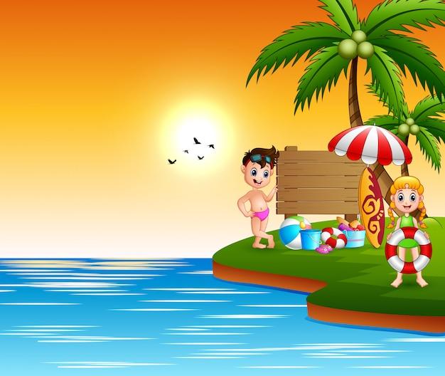 Divertimento das crianças felizes na beira-mar