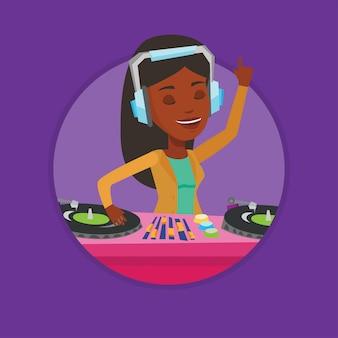 Dj misturando música em toca-discos.
