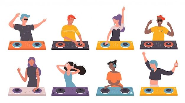 Dj pessoas no conjunto de ilustração de festa musical. desenhos animados personagens de dj, homem, mulher, com fones de ouvido e mixer de toca-discos fazendo música contemporânea em boate, girando o disco em branco