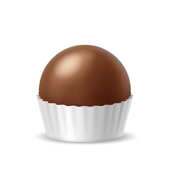 Doce realista de chocolate ao leite em embalagem de papel isolada