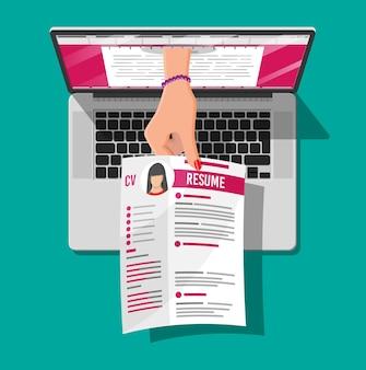 Documento de currículo de trabalho fora do laptop. mão segurando papéis de currículo de cv. conceito de gestão de recursos humanos, busca de profissionais, trabalho. currículo correto encontrado. ilustração vetorial em estilo simples