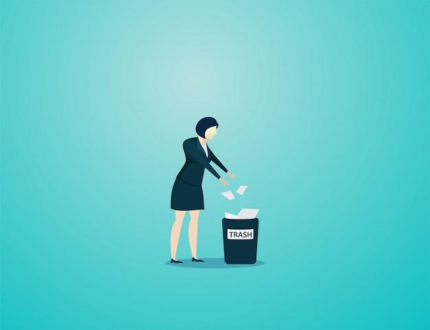 Documento de lixo de lance de mulher de negócios