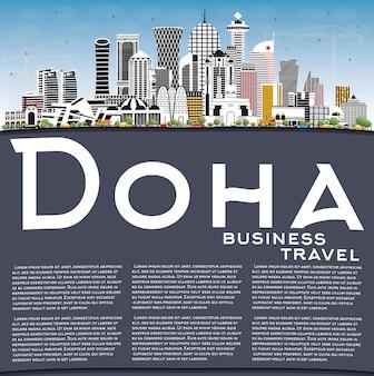 Doha qatar city skyline com edifícios coloridos, céu azul e espaço para cópia