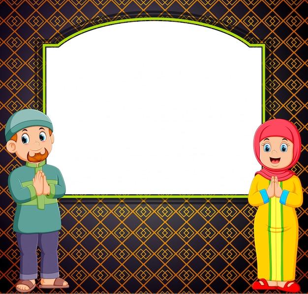 Dois adulto está de pé em frente ao quadro em branco
