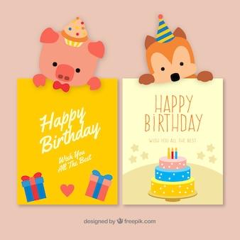 Dois bonitos cartões de aniversário desenhados a mão com um cachorro e um porco
