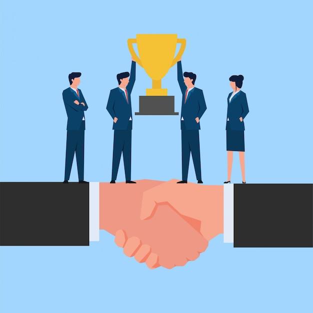 Dois empresário levantar troféu juntos acima mão apertar a metáfora de sucesso e cooperação.