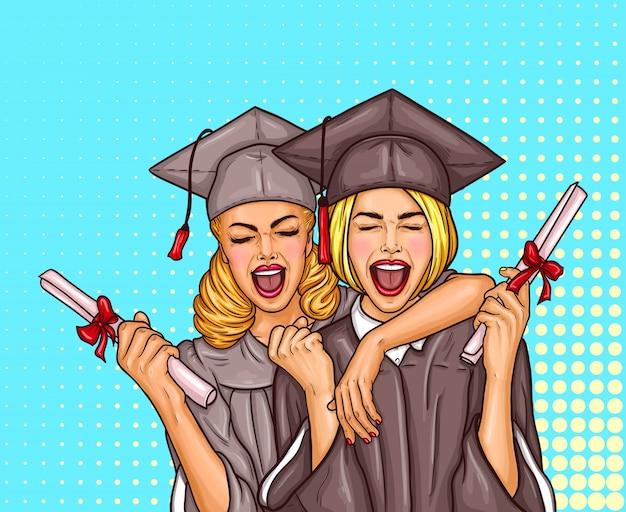 Dois estudantes de pós-graduação de pop art, excitados, graduados em um boné e capa de graduação com um diploma universitário em suas mãos