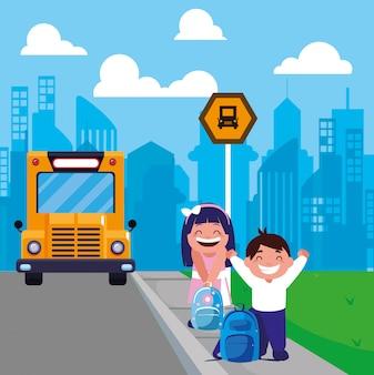 Dois estudantes no ponto de ônibus com a cidade de fundo
