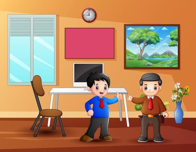 Dois funcionários do sexo masculino em seu escritório