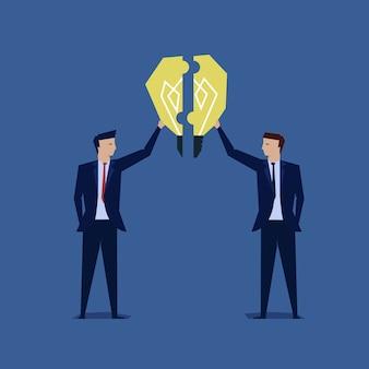 Dois, homem negócios, unir, a, idéia, quebra-cabeça