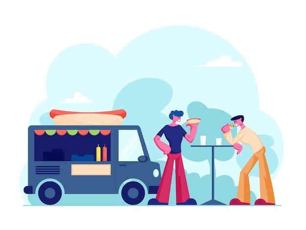 Dois homens, amigos ou colegas, comendo comida de rua no verão ao ar livre, café ou cafeteria, comunicando-se, tendo lazer. ilustração plana dos desenhos animados