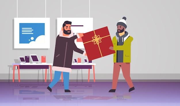Dois homens compradores brigando pela última caixa de presente, clientes que puxam presentes embrulhados em diferentes direções, briga de venda, compra sazonal