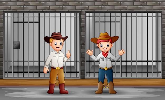 Dois homens guardando uma cela de prisão