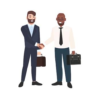 Dois homens sorridentes, empresários ou funcionários de escritório apertando as mãos