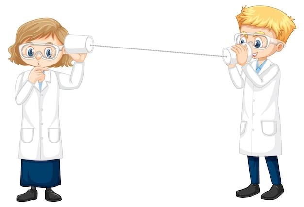 Dois jovens cientistas fazendo experimento com telefone de corda