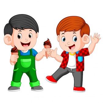 Dois menino, comendo chocolate, sorvete, em, waffles, cone