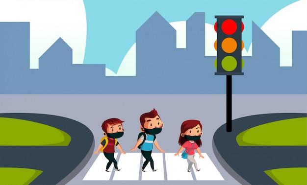 Dois menino e menina usam máscara atravessando a rua