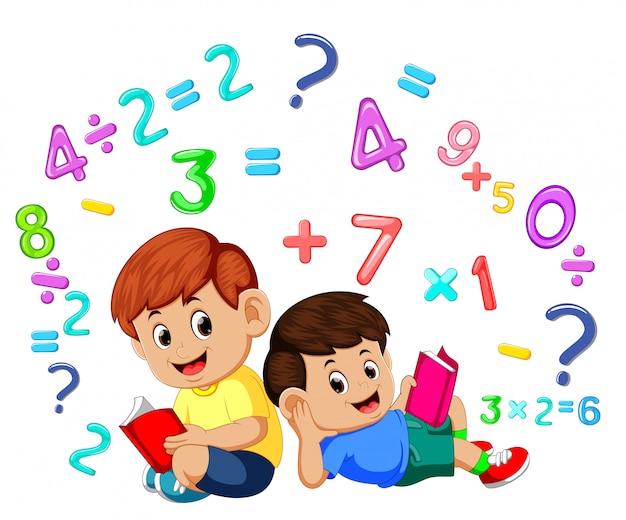 Dois menino lendo livro e aprendendo matemática