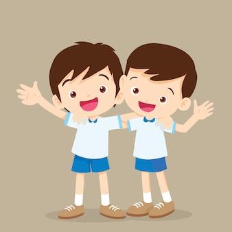 Dois meninos, abraçando