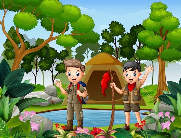 Dois meninos, acampamento, em, a, madeiras