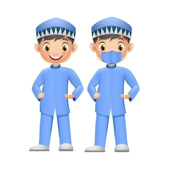 Dois meninos bonitos com roupas muçulmanas azuis e máscara facial