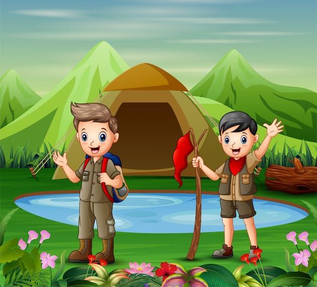 Dois meninos, em, acampamento, uniforme, explorando, um, natureza