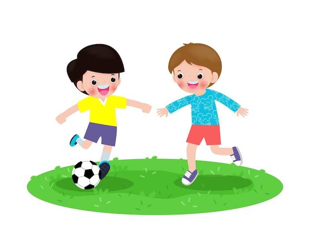 Dois meninos jogam futebol, felizes crianças jogando futebol no parque isolado no branco v