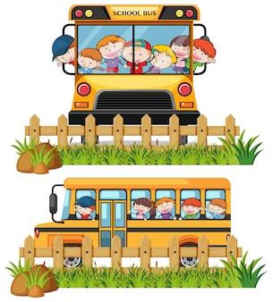 Dois ônibus escolares com meninos e meninas andando nele