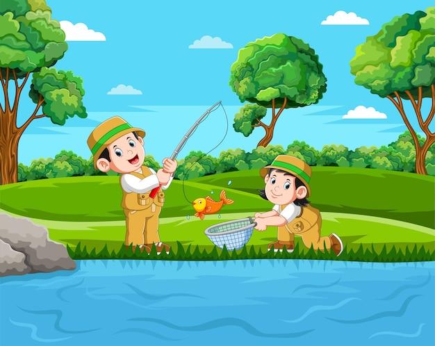 Dois pescadores estão pescando os peixes no lago com a boa vista