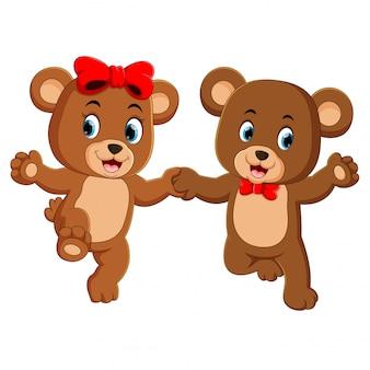 Dois ursos bonitos segurando cada mão com os rostos felizes